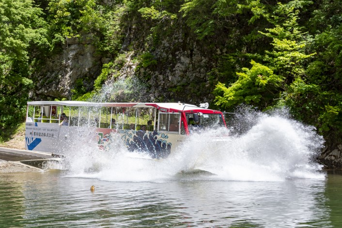 【ご案内】 タスパークホテル 夏の長井ダム百秋湖 水陸両用バス体験プラン